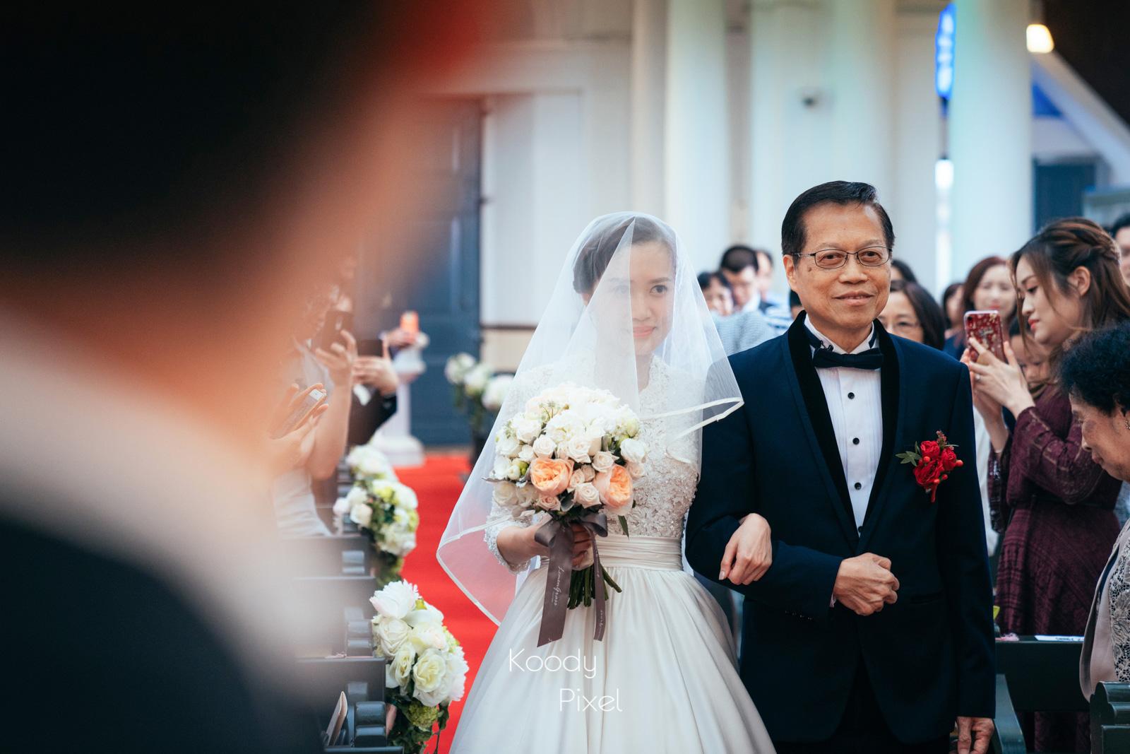 爸爸跟女兒走上教堂的紅地毯,一生最重要的一段路。