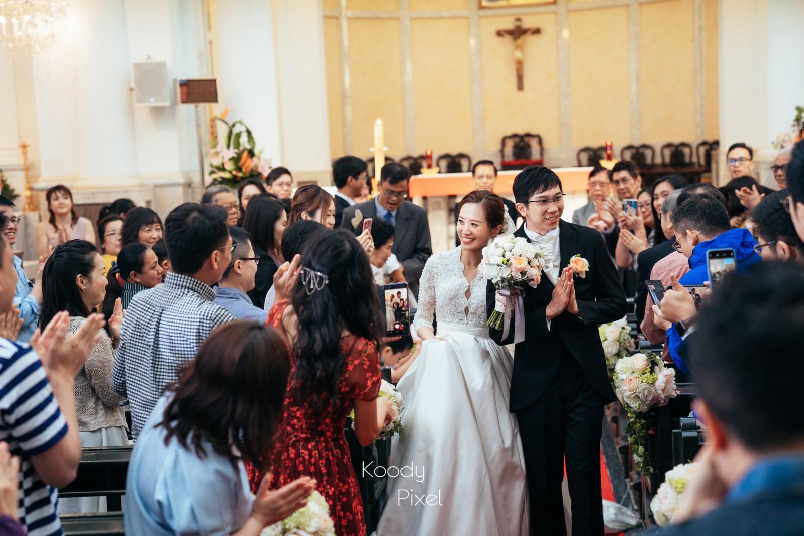儀式完成,步出教堂接受朋友祝賀的一刻