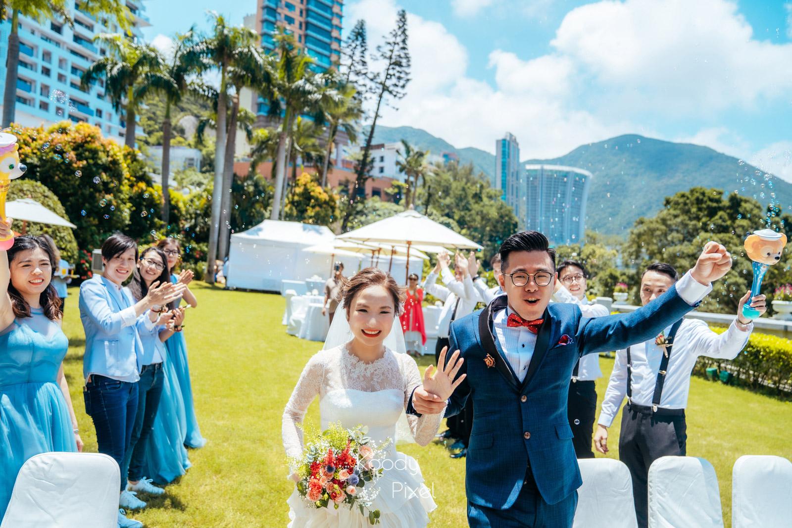於映灣園戶外的證婚儀式,熱辣辣的陽光讓草地上的證婚更加升溫。